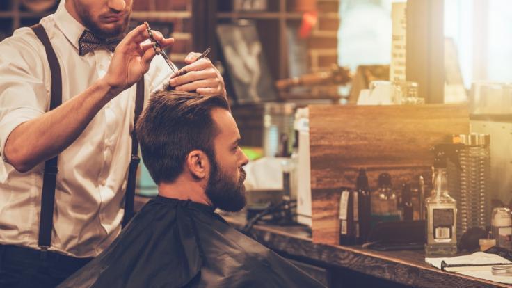 Ein Friseur stolperte und rammte sich seine Schere in die Brust. (Symbolfoto) (Foto)