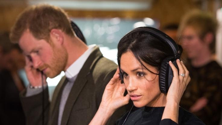 Prinz Harry und seine Verlobte Meghan Markle beim Besuch im Radiosender Reprezent FM in Brixton. (Foto)