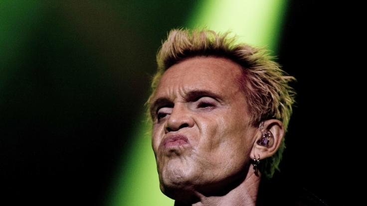 Rockstar Billy Idol musste sein Konzert in Regensburg aus gesundheitlichen Gründen absagen. (Foto)