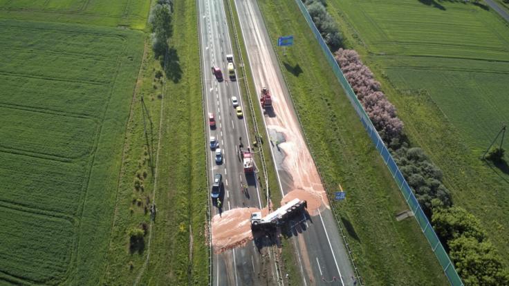 Schokoladige Tragödie auf der Autobahn: Ein umgekippter Lkw verlor rund zwölf Tonnen Schokoladenmasse auf der Fahrbahn. (Foto)