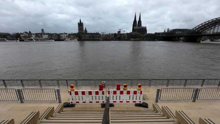 Der Rhein könnte am Wochenende wegen Tauwetters und Regens am Kölner Pegel die erste Hochwassermarke überschreiten. (Foto)