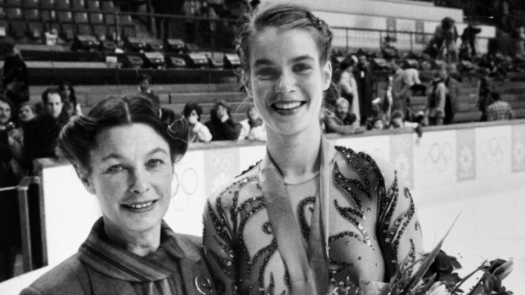 Die 18-jährige Katarina Witt mit ihrer Eiskunstlauf-Trainerin Jutta Müller (l.) bei den Olympischen Spielen 1984 in Sarajevo.