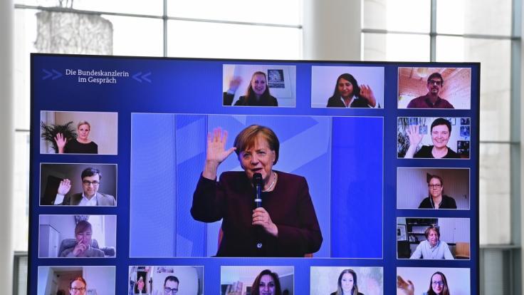 Bundeskanzlerin Angela Merkel im Gespräch mit Eltern. (Foto)