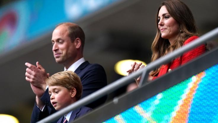 Vater und Sohn beim Fußball: Prinz George (7) durfte das EM-Achtelfinale zwischen England und Deutschland mit Papa Prinz William und Mama Kate Middleton live verfolgen. (Foto)