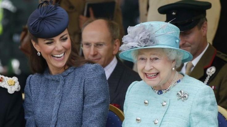 Die Queen und Herzogin Kate scheinen sich nicht nur in Sachen Nagellackfarbe bestens zu verstehen.