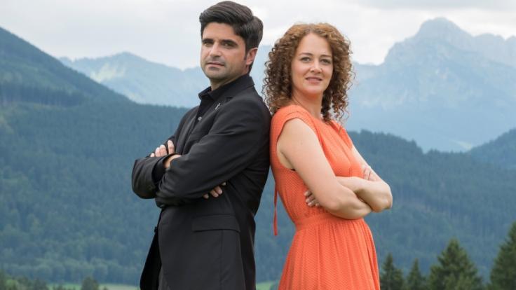 Pfarrer Tonio Niederegger (Maximilian Grill) und Familientherapeutin Julia Schindel (Oona Devi Liebich). (Foto)