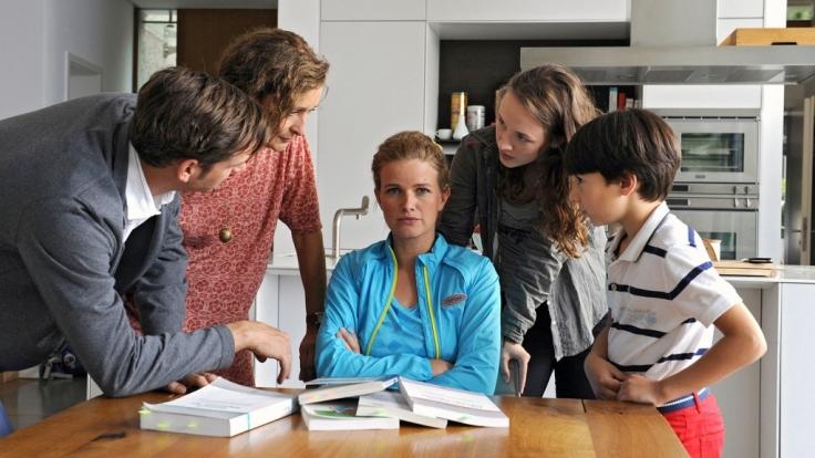 Florian (Max von Thun, li.), seine Mutter Helga (Eleonore Weisgerber, 2. v. li.), und die Kinder Sarah (Alexandra von Giese, li.) und Leon (Yanis Scheurer, re.) sind nicht begeistert über Mias (Mira Bartuschek) Plan. (Foto)