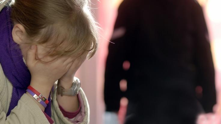 Über Jahre hinweg soll ein Mann seine eigene Tochter missbraucht haben (Symbolbild).