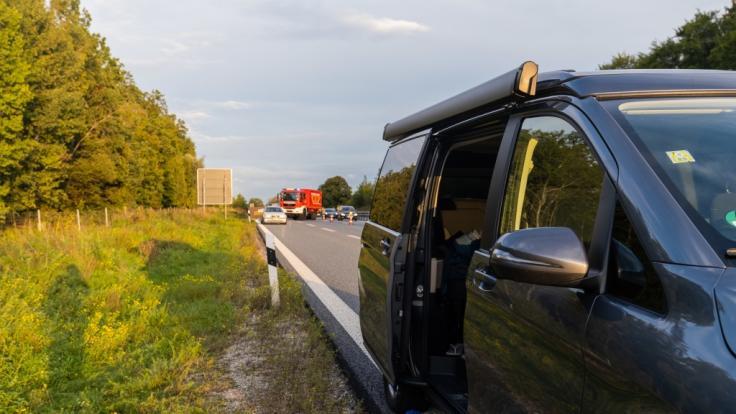 Eine junge Frau ist aus dem fahrenden Auto gestürzt und gestorben. (Foto)