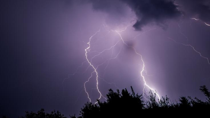 Während eines Fußballspiels in Rheinland-Pfalz wurde ein Torwart vom Blitz getroffen (Symbolbild).