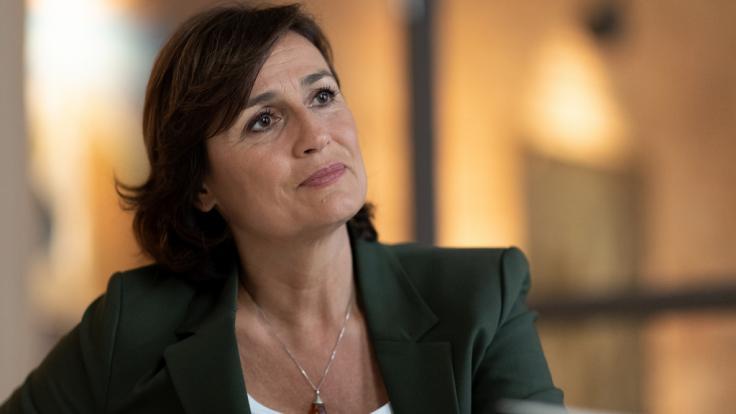 """Sandra Maischberger begrüßt in """"maischberger. die woche"""" jeden Mittwoch eine erlesene Gästeschar, um über aktuelle Themen zu diskutieren. (Foto)"""