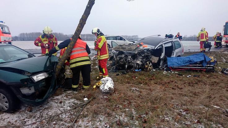 Rettungskräfte an der Unfallstelle: Drei Menschen sterben auf der Bundesstraße 7 in Thüringen. (Foto)