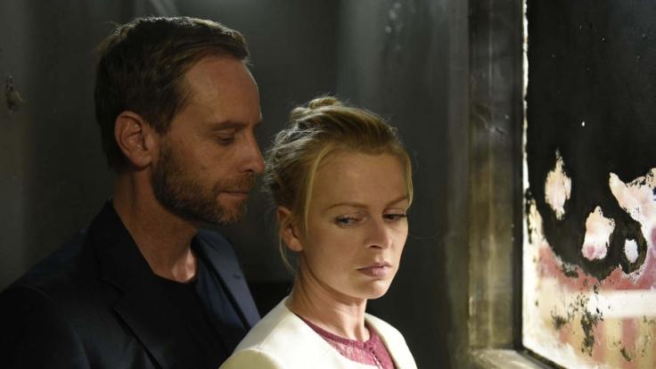 Daniels (Julian Weigend, l.) Berührungen brennen auf ihrer Haut, die Begierde überkommt sie. Nina (Isabell Gerschke, r.) kann an nichts mehr denken - schon gar nicht an ihren Ehemann...