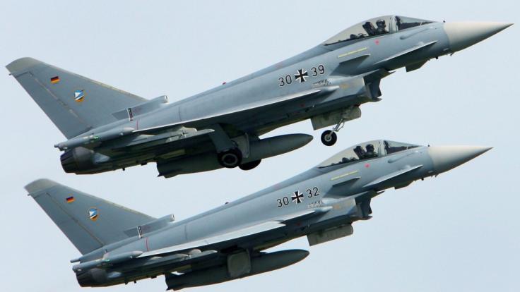 """Zwei """"Eurofighter"""" der Bundeswehr sind in Mecklenburg-Vorpommern über einem Waldstück abgestürzt (Symbolbild). (Foto)"""