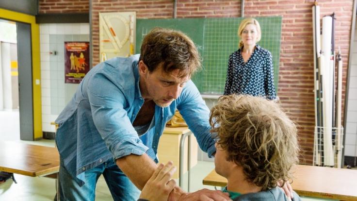 Tom (Jascha Rust) ist verhaltensauffällig. Seine Mutter Sabine Harbacher (Nicola Thomas) weiß nicht weiter.