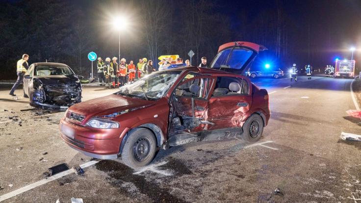 Bei einem schweren Autounfall im Westerwald sind drei Menschen getötet und zwei schwer verletzt worden. (Foto)