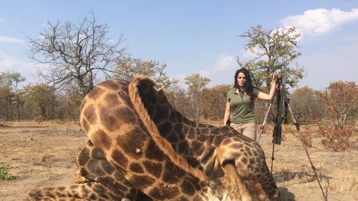 """Sabrina Corgatelli mit """"ihrer"""" Giraffe, wie sie es bezeichnet. (Foto)"""