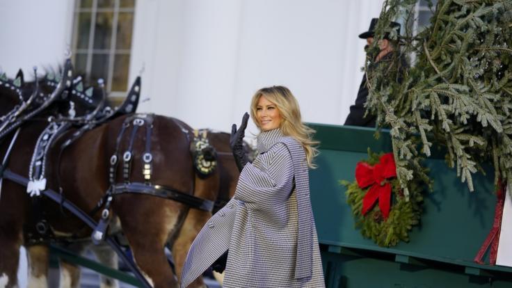Melania Trump wirkt bei der Weihnachtsbaum-Präsentation geradezu befreit. (Foto)
