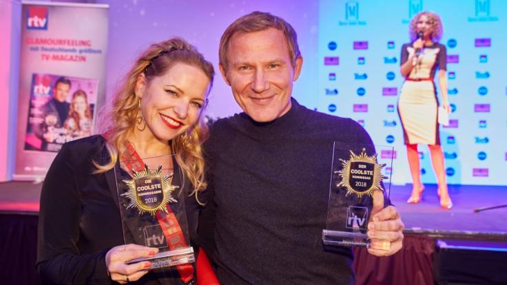 """Roland Jankowsky und seine Kollegin Diana Staehly freuen sich über ihre Preise als coolste Kommissare beim """"Movie meets Media""""-Event 2018. (Foto)"""