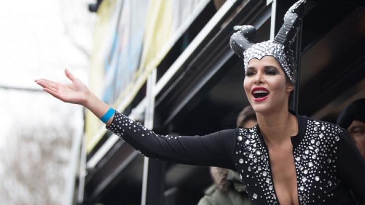 Micaela Schäfer zeigt sich am Karneval als sexy Braut.