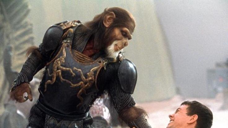 """Der Befehlshaber der Gorilla-Armee, General Thade (Tim Roth) will im neuen Kinofilm """"Planet der Affen"""" dem Astronauten Leo Davidson (Mark Wahlberg) töten. (Foto)"""