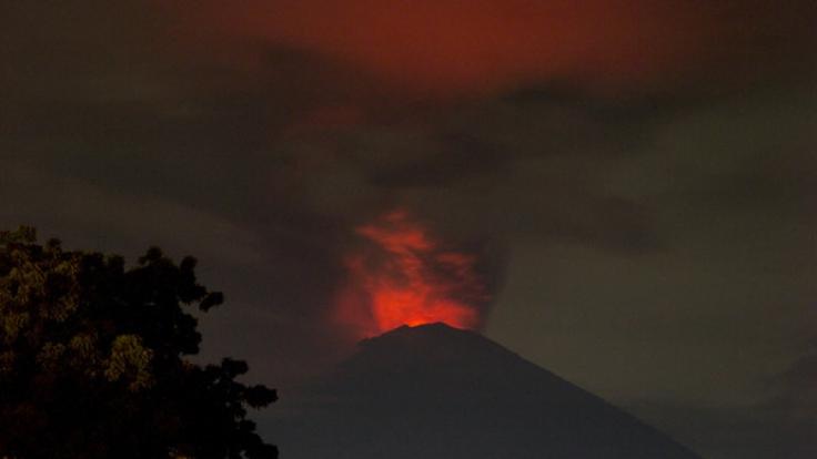 Der Vulkan Gunung Agung auf Bali spuckt Feuer und Asche.