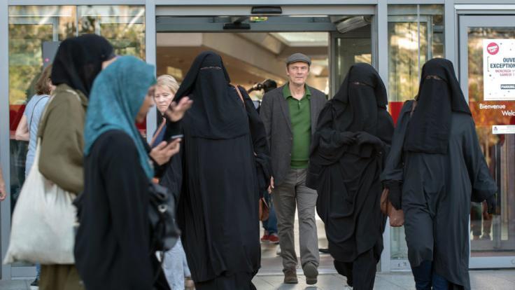 François (Edgar Selge, Mitte) überlegt bei einem Spaziergang durch die Straßen von Paris, welche Auswirkungen eine Islamisierung Frankreichs auf das gesellschaftliche Leben haben könnte.