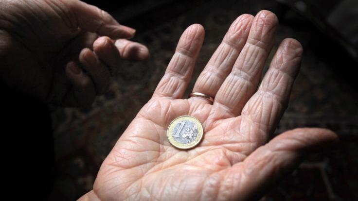 Frauen erhalten im Alter weniger Geld als Männer.