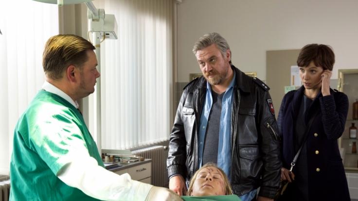 Gerichtsmediziner Dr. Vogt (Matthias Buss) zeigt Kommissar Frank Koops (Aljoscha Stadelmann) und der LKA-Beamtin Miriam Nohe (Julia Koschitz) die Leiche von Vanessa (Anna Drexler).