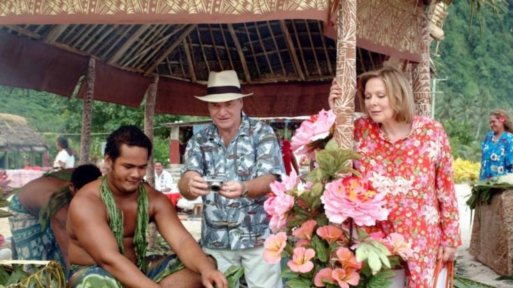 Beatrice (Heide Keller) und Guido Weber (Fritz Wepper) sind fasziniert von den kulinarischen Köstlichkeiten der Südsee.