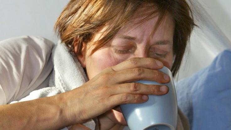 Wer Fieber hat, muss sich nicht zwangsläufig ins Bett legen - wichtig ist aber ausreichendes Trinken. Kreislaufbelastungen sollten Erkrankte jedoch vermeiden. (Foto)