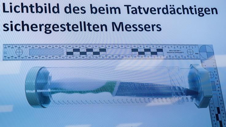 Das Bild der Tatwaffe - ein Messer - ist während einer Pressekonferenz zur Festnahme des mutmaßlichen Messerstechers von Nürnberg auf einem Bildschirm eingeblendet.