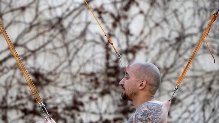 Ein Bodymodder ließ sich hier bei der Israel Tattoo Convention an mehreren Haken aufhängen.
