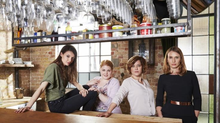 Der Alltag bringt Mandy (Christina Petersen), Frieda (Julia Hartmann), Fe (Nadeshda Brennicke) und Britta (Muriel Baumeister) immer wieder zusammen. (Foto)