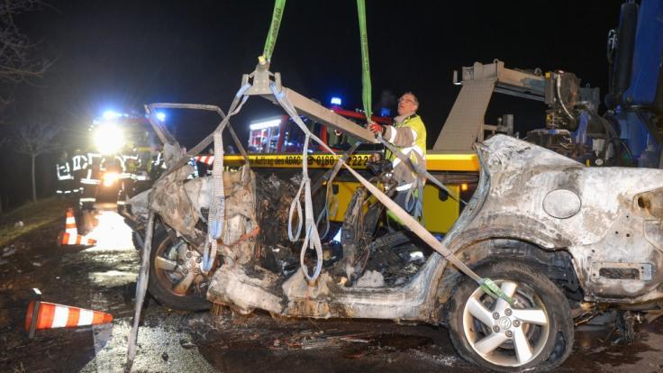 Bei einem Autounfall auf einer Landstraße bei Köthen (Sachsen-Anhalt) sind drei Menschen, darunter ein Kind, verbrannt. Ein Säugling wurde aus dem Wrack gerettet.