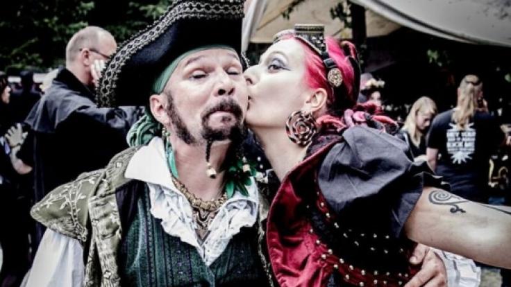 An Pfingsten kommen jedes Jahr tausende Besucher aus aller Welt, um am Wave-Gotik-Treffen teilzunehmen. (Foto)