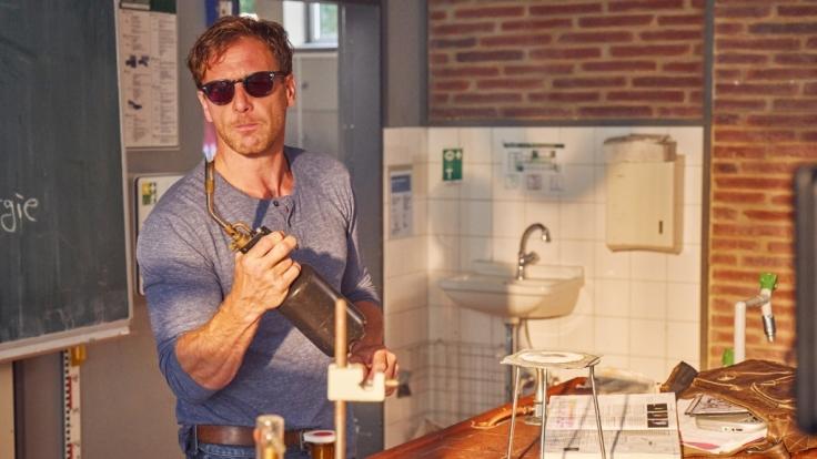 Stefan Vollmer (Hendrik Duryn) führt ein Chemie-Experiment durch. (Foto)