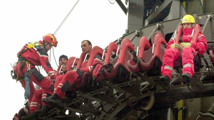 In Deutschland werden hohe Ansprüche an die Sicherheit von Fahrgeschäften gestellt. Hier übt die Feuerwehr in 60 Metern Höhe die Rettung von Fahrgästen. (Foto)