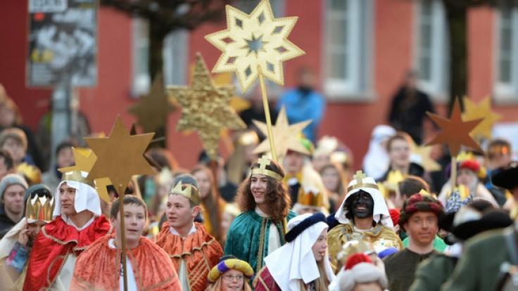 Hunderte Sternsinger laufen am 30.12.2013 in Leutkirch im Allgäu.