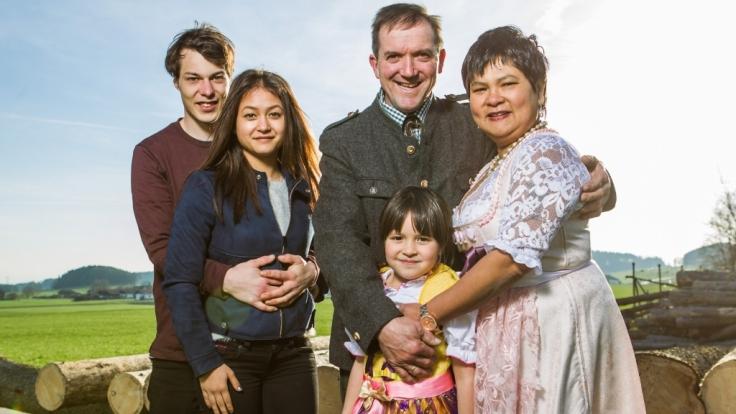 Die ganze Familie vereint: Milchbauer Josef, seine Narumol, Töchterchen Jorafina (5), Tochter Jenny (18) und ihr Freund Michael (24). (Foto)
