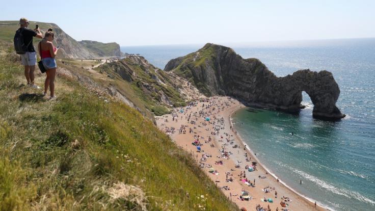 Die malerischen Kalksteinfelsen von Durdle Door an der Küste vor Lulworth in Devon sind ein beliebtes Ausflugsziel im Südwesten Englands. (Foto)
