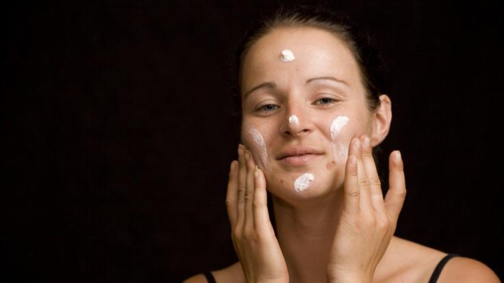 Viele Inhaltsstoffe von Kosmetika stehen unter Verdacht, Hautunreinheiten auszulösen.