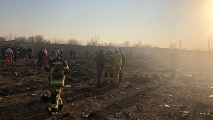 Rettungskräfte sind nach einem Flugzeugabsturzes am Rande von Teheran im Einsatz. (Foto)