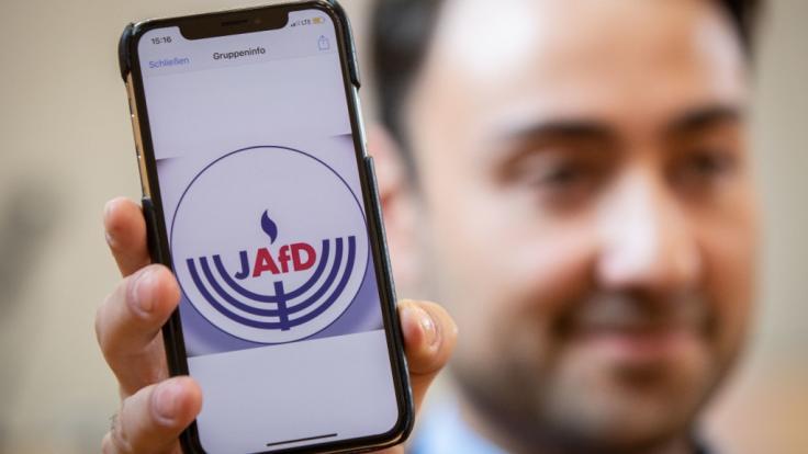 Beisitzer Leon Hakobian zeigt den vorläufigen Entwurf eines Logos der jüdischen Bundesvereinigung innerhalb der AfD.