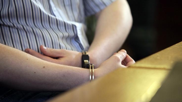 In Dortmund steht ein 26-Jähriger vor Gericht, weil er ein erst 14 Jahre altes Mädchen vergewaltigt haben soll (Symbolbild). (Foto)