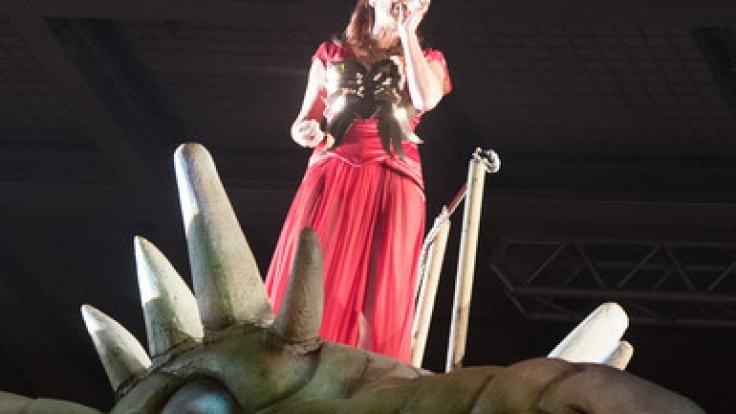 Andrea Berg mit ihrem Bühnenmaskottchen: Teile ihres Drachen sollen nun an ihre Fans verschenkt werden.