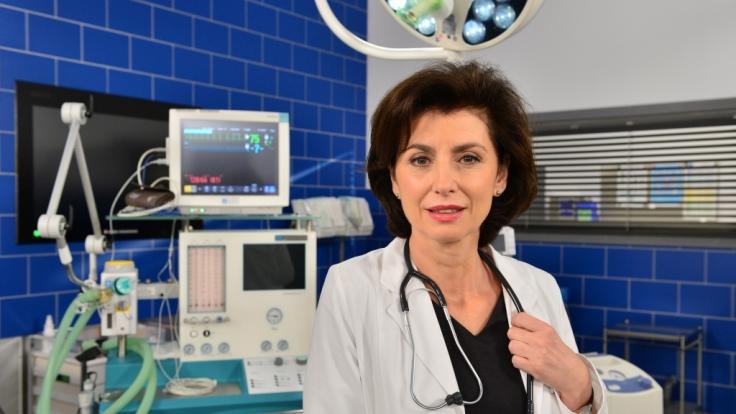 """Marijam Agischewa gehört als Chefärztin Prof. Dr. Karin Patzelt zur Stammbesetzung von """"In aller Freundschaft - Die jungen Ärzte"""". (Foto)"""