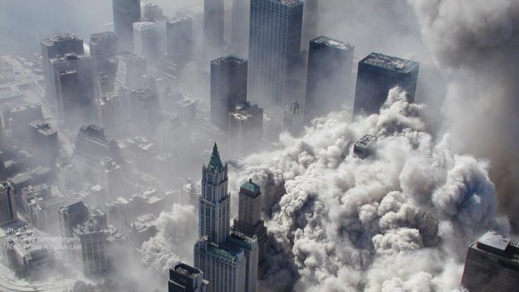 Die von ABC herausgegebene Luftaufnahme des New York City Police Department zeigt Rauch und Staub in Manhattan nach den Terroranschlägen auf das World Trade Center in New York. 20 Jahre sind seit den Terroranschlägen vergangen. (Foto)