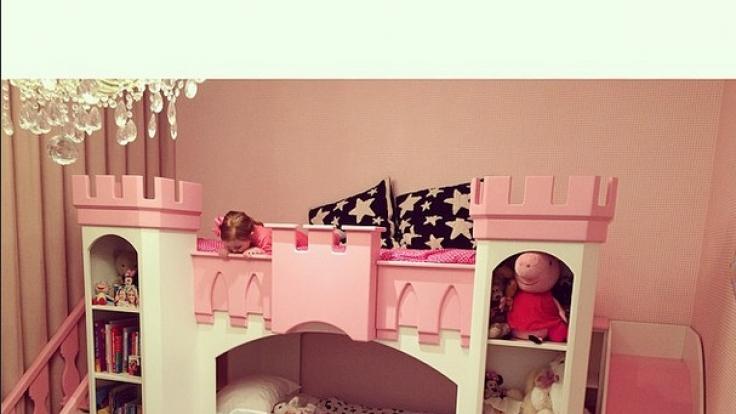 Und natürlich schläft Pixie auch so, wie es sich für eine echte Instagram-Prinzessin gehört.