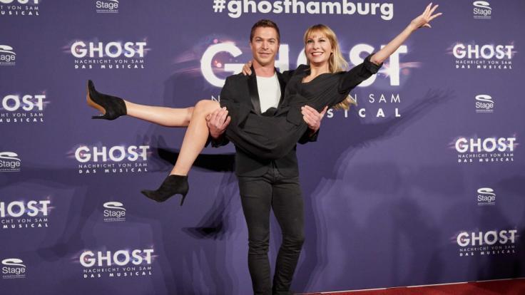 """Susanne Klehn lässt sich bei der Premiere des Musicals """"Ghost"""" 2018 von Schlagersänger und Musical-Darsteller Julian David auf Händen tragen. (Foto)"""